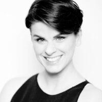 Stephanie A. Kruse lächelt